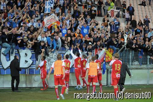 Les joueurs saluent le parcage strasbourgeois au stade des Alpes à Grenoble